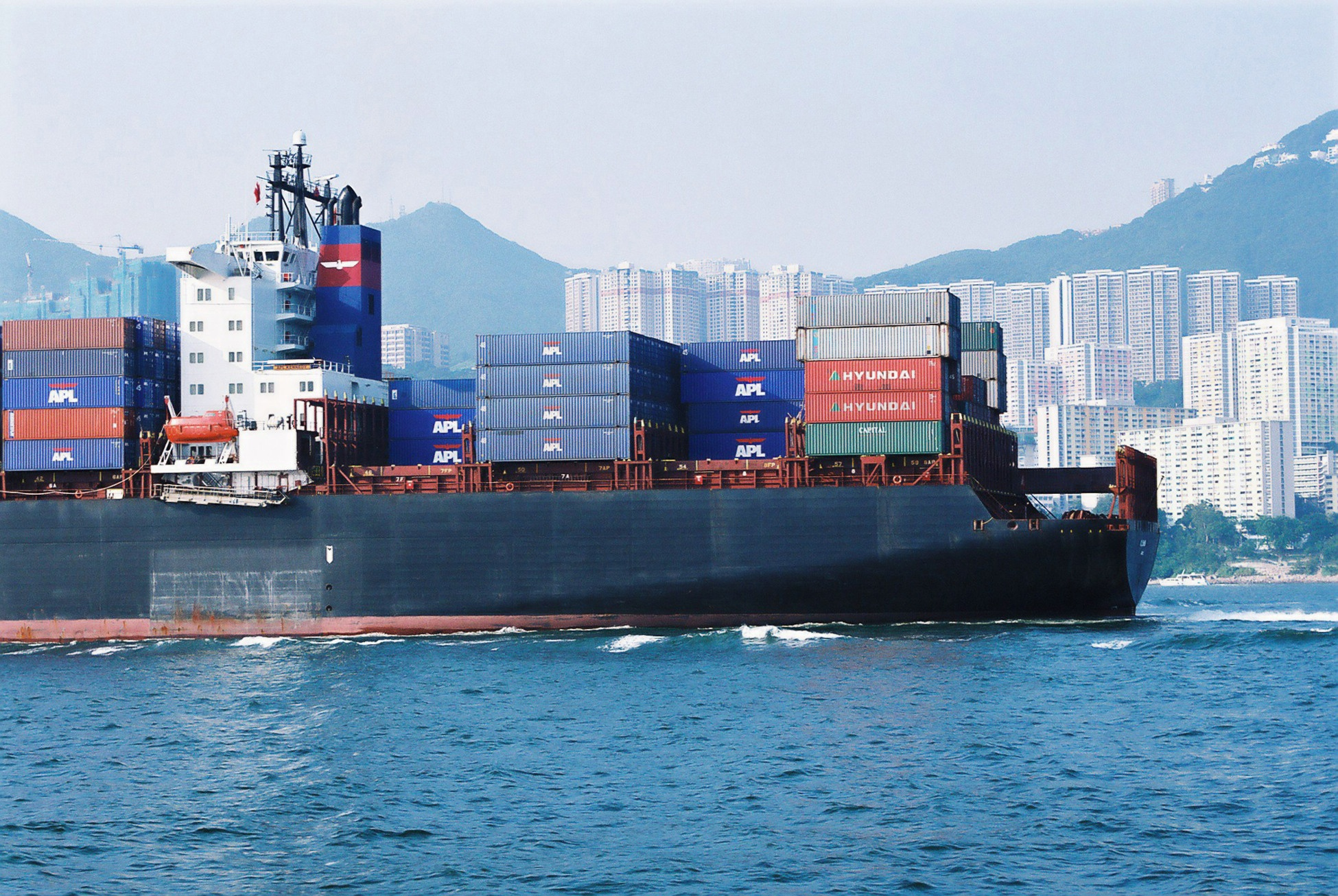 container-ship-in-hong-kong-1495556.jpg